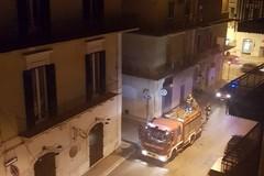 Fumo nero da un garage, vigili del fuoco in azione