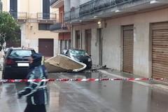 Il vento sradica una copertura che vola dal sesto piano, tragedia sfiorata