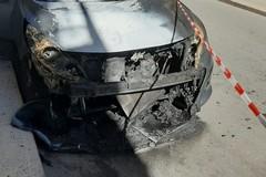 Auto a fuoco in via Ariosto