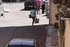Ruba una borsa da un'auto in sosta, bloccato dai Carabinieri