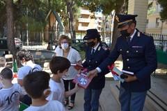 """Poliziotti a scuola: non è un blitz ma la consegna del """"Diario scolastico"""" ai bambini"""
