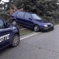 Auto fuori strada per evitare un cinghiale