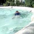 Un tuffo nella fontana: se a prendersi il gioco di una persona fragile sono i bambini