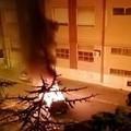 Auto in fiamme nella notte su via Trilussa