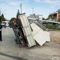 Camion si ribalta sulla ferrovia, circolazione ferroviaria interrotta tra Ruvo e Bitonto