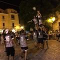 Venti ragazzi dietro una palla ovale in piazza Sedile