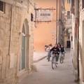 In bicicletta esplorando Corato. Un compito scolastico diventa un bel documentario della città