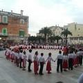 I colori e la musica delle Danze Popolari ravvivano Piazza Cesare Battisti