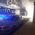 Automobile in fiamme su via Deledda