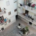 Maxi tombola dal balcone: la pasquetta alternativa in un condominio
