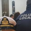 Dà in escandescenze in via Duomo, bloccato dalla Polizia Locale