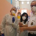 Il dono di un fiore colora la mattinata al centro vaccinale