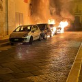 Quattro auto date alle fiamme nella notte nel centro cittadino