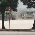 Il video del vortice d'aria davanti a una scuola materna