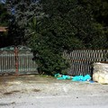 Guanti in lattice e materiale igienico lasciato dinanzi al cancello di una villa