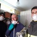 A Corato l'artigiano che cuce e regala le mascherine a chi è in prima linea