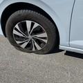 Manto stradale a brandelli distrugge pneumatici: «È pericoloso»
