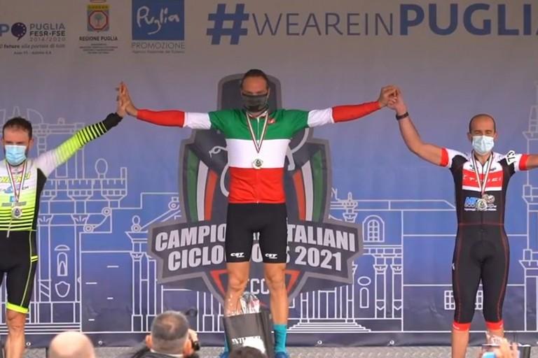 Maurizio Carrer sul primo gradino del podio a Lecce