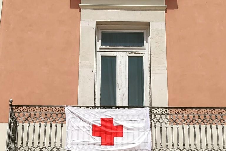 Bandiera della Croce Rossa esposta a Palazzo di città