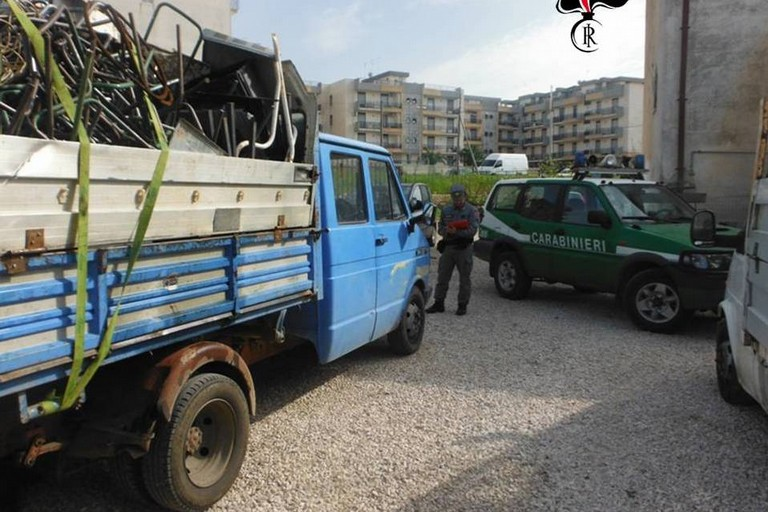 Trasportavano rottami senza autorizzazione, denunciati due coratini