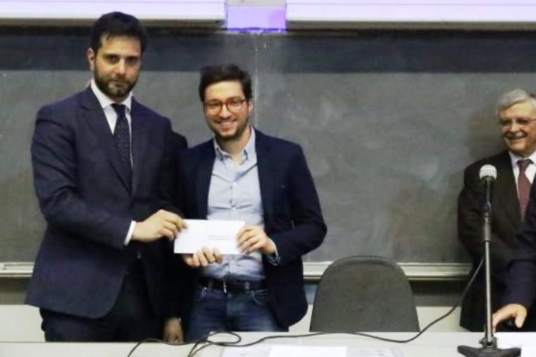 Il vincitore Marco Rosito ritira il premio dalle mani del vicepresidente del consiglio comunale, Enzo Lavolta. <span>Foto Sito istituzionale del Comune di Torino</span>
