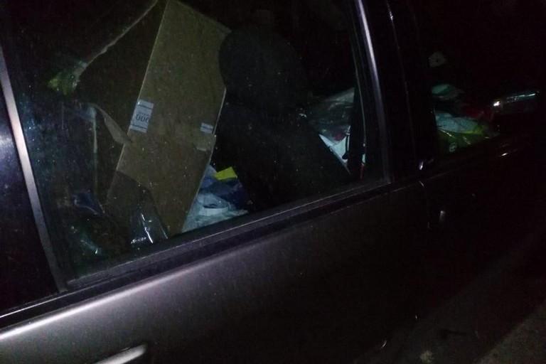 Svaligia negozio di abbigliamento con auto rubata a Corato, bloccato dai vigilanti