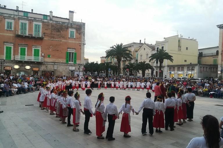 I colori e la musica delle Danze Popolari ravvivano Piazza Cesare Battisti. <span>Foto Luciana Cusanno</span>