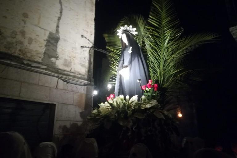Preghiera e commozione accompagnano la processione dei Misteri