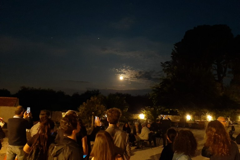 Grande successo per l'evento Timida Luna: tutti col naso all'insù per una coincidenza unica. <span>Foto Luciana Cusanno </span>