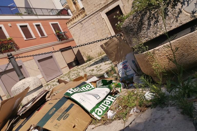 Cartolina da Corato: la spazzatura e sullo sfondo...la Chiesa di San Vito