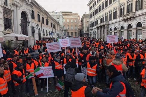 I gilet arancioni arrivano a Roma