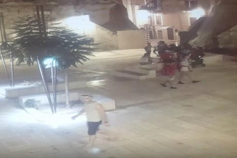 Omicidio in piazza, le telecamere immortalano le fasi dell'agguato