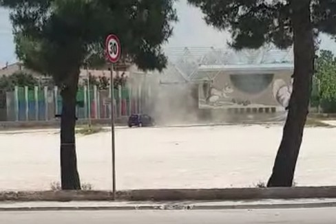 Tromba d'aria davanti a una scuola materna