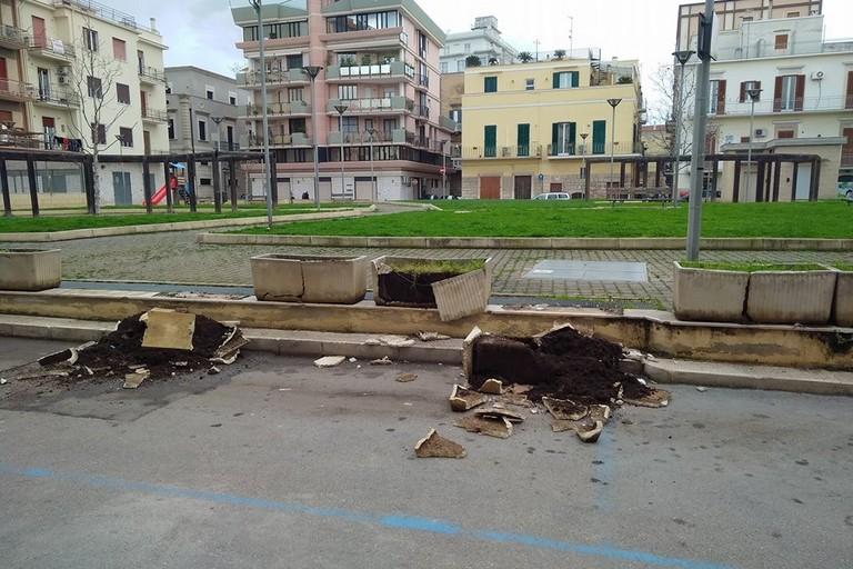 Fioriere divelte in Piazza Indipendenza