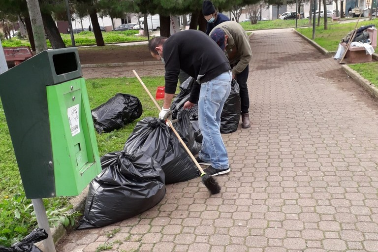 Volontari in Piazza Almirante