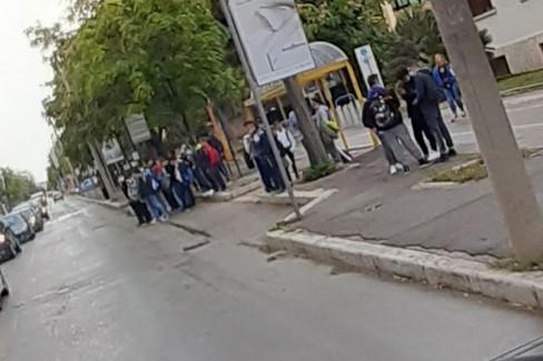 Studenti in attesa davanti all'ITIS di Andria